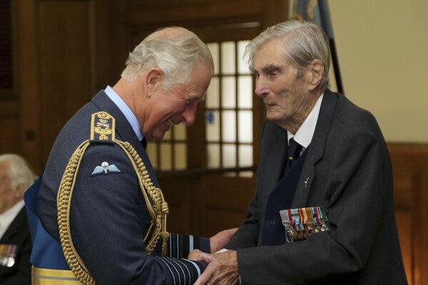 Paul Farnes (vpravo) britský princ Charles.