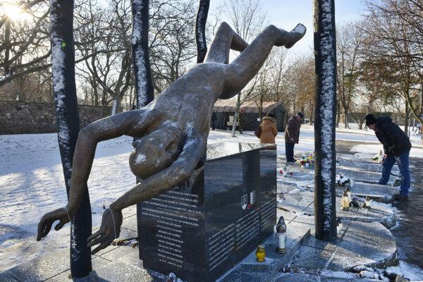 Pomník v obci Hejce na pamiatku 42 príslušníkov Ozbrojených síl SR, ktorí zahynuli pri leteckej katastrofe počas návratu z misie v Kosove.