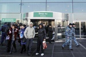 Polícia hliadkuje pred vchodom na moskovskom letisku Domodedovo - ilustračná fotrografia.