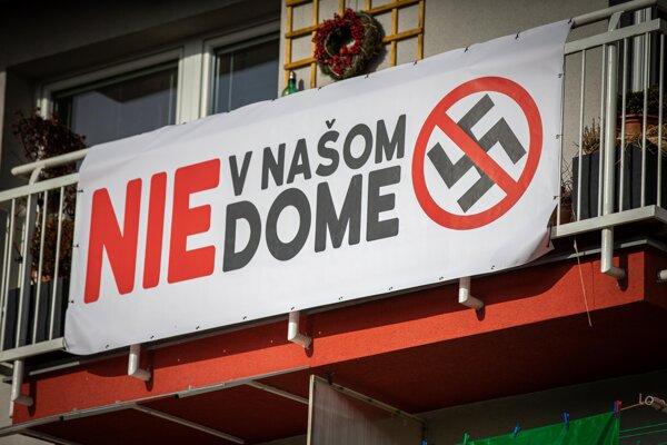 Obyvatelia bytovky sa vzbúrili proti miestnemu šéfovi ĽSNS.