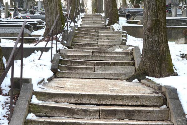 Zničené schody na košickom cintoríne.