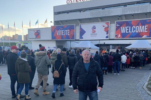 J. Dubaj zTopoľčianok cez finálový deň pred dejiskom zápasov vOstrave.