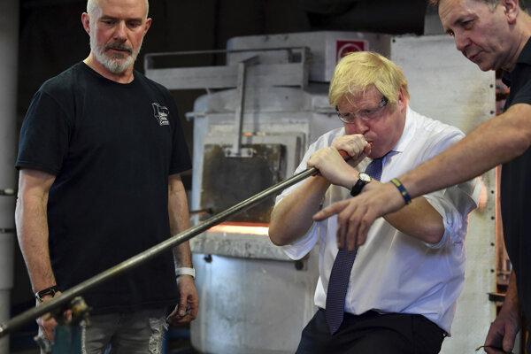 Boris Johnson na návšteve sklární.