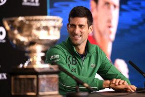 Novak Djokovič s trofejou pre víťaza Australian Open.
