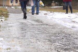 Na chodníku sa tvoril ľad.