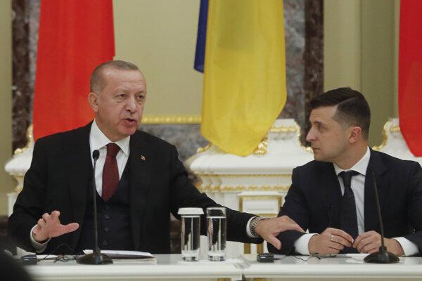 Turecký prezident Recep Tayyip Erdogan (vľavo) a ukrajinský prezident Volodymyr Zelenskyj.