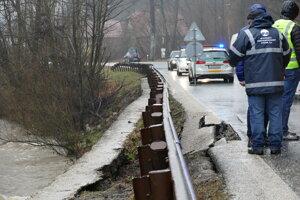 Cesta II/484 v časti Predmier v Turzovke je čiastočne uzavretá. Zvýšená hladiny rieky Predmieranka poškodila oporný múr a došlo k poškodeniu vozovky.