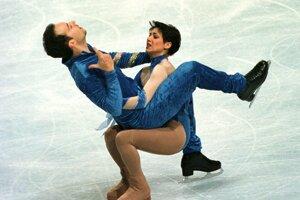 Sarah Abitbolová so svojim vtedajším krasokorčuliarskym partnerom Stephanom Bernadisom na snímke z roku 1998.