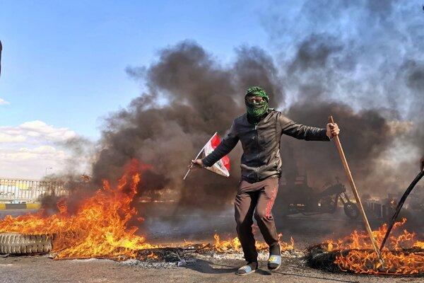 Demonštrant počas protestu proti novozvolenému premiérovi Muhammadovi Alávímu. Najaf, Irak, 2. február 2020.