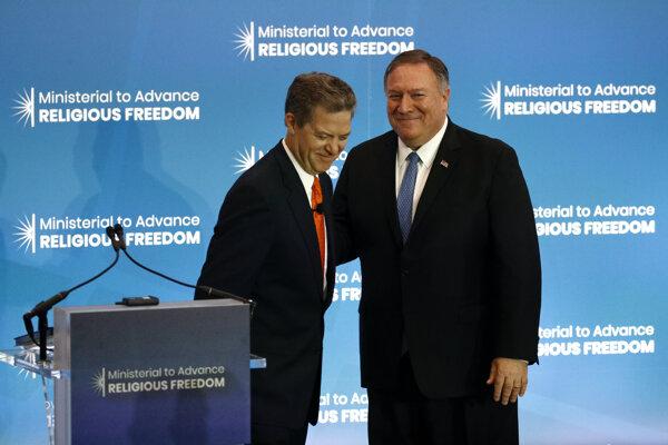 Minister Mike Pompeo a Sam Brownback, veľvyslanec USA pre medzinárodnú náboženskú slobodu.