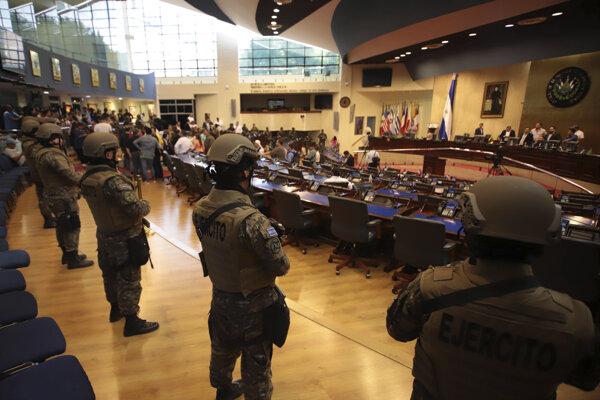 Príslušníci salvádorskej polície v parlamente.