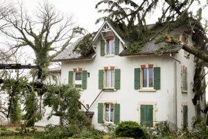 Stromy popadali na dom vo švajčiarskom meste Montmollin.