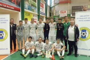 Víťazné družstvo FKM Nové Zámky U19 so zástupcami ObFZ Nové Zámky.