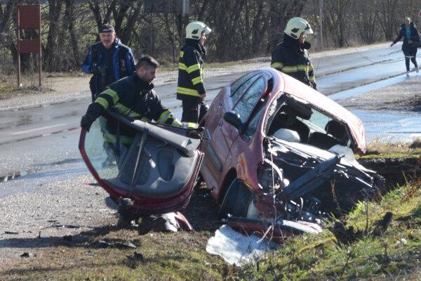 Zásah hasičov počas nehody.