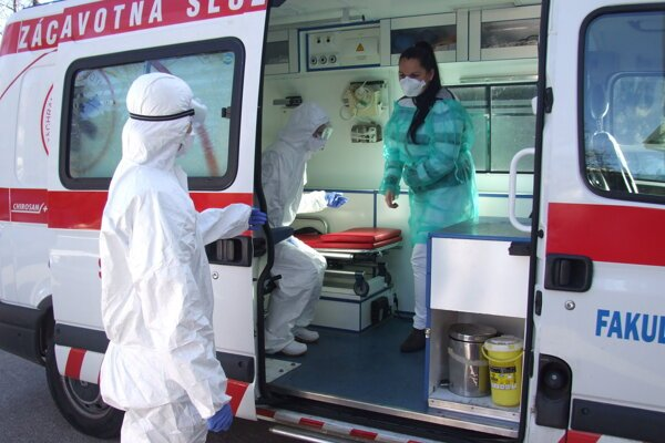 Figurantku previezli sanitkou z urgentného príjmu na infekčnú kliniku.