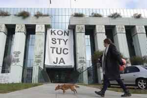 Pred budovou Najvyššieho súdu vo Varšave.