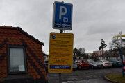 Od prvého marca budú v Humennom takéto tabule na spoplatnených parkoviskách minulosťou.