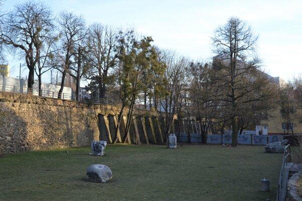 Záhrada umenia a Kmeťovo stromoradie v Prešove. V pláne je aj obnova, ktorá si vyžiada nielen výrub drevín, ale aj novú výsadbu.