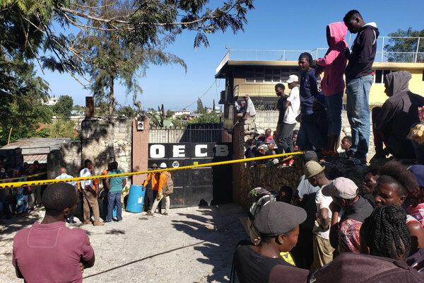 Ľudia stojaci pred sirotincom v Port-au-Prince.