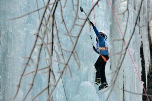 Lezenie na umelo vytvorenom ľadopáde.