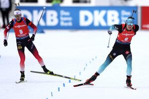 Emilien Jacquelin (vpravo) víťazí na MS v biatlone.
