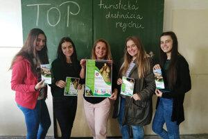 Úspešné stredoškoláčky s pedagogičkou Danou Hradilekovou