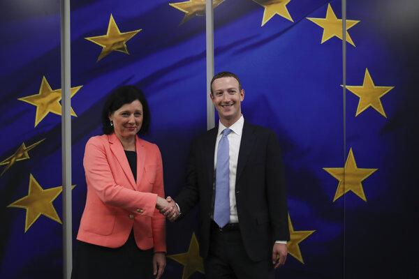 Šéf spoločnosti Facebook Mark Zuckerberg a eurokomisárka pre spravodlivosť, ochranu spotrebiteľov a rodovú rovnosť Věra Jourová.