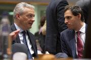 Zľava francúzsky minister financií Bruno Le Maire a holandský minister financií Wopke Hoekstra počas stretnutia ministrov eurozóny v Bruseli.