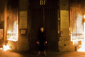 Piotr Pavlenskij v roku 2017 podpálil banku na námestí Bastily v Paríži. Nepáčilo sa mu, že bankári zarábajú tak blízko národného symbolu.