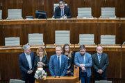 Poslanci PS/Spolu s tortou na rečníckom pulte parlamentu.
