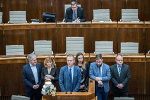 Poslanci PS/Spolu s tortou na rečníckom pulte parlamentu. Je podľa nich pripomienkou svadby medzi Smerom a ĽSNS, preto lebo sa im spojením podarilo otvoriť mimoriadnu schôdzu.