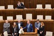 Poslanci blokujú mimoriadnu schôdzu parlamentu.
