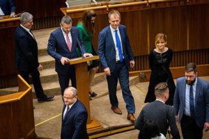 Premiér Peter Pellegrini a poslanci okolo Miroslava Beblavého pri alternatívnom rečníckom pulte.