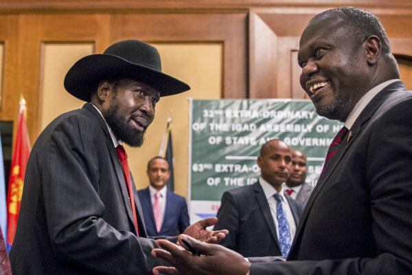 Prezident Južného Sudánu Salva Kiir a vodca opozície Riek Machar.