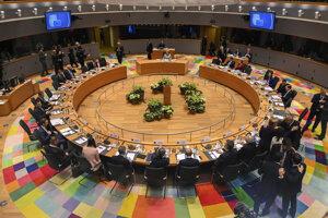 Lídri členských krajín Európskej únie počas rokovania za okrúhlym stolom na mimoriadnom rozpočtovom summite EÚ v sídle Európskej rady v Bruseli.