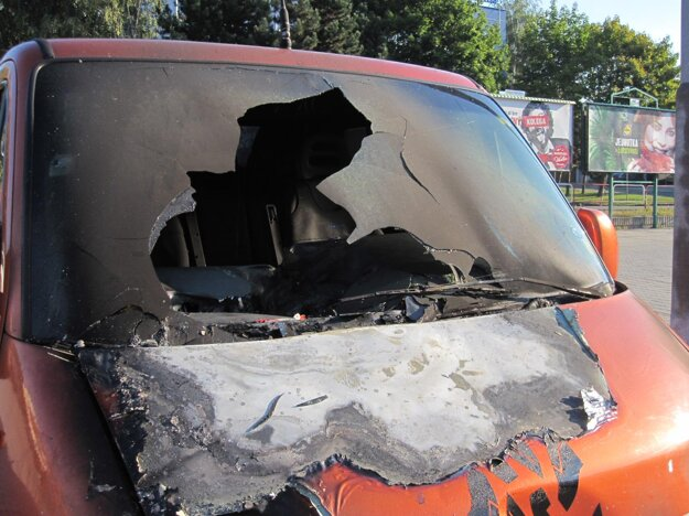 Rozbité čelné sklo a ohorená palubná doska priťahovali pohľady okoloidúcich.
