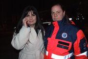 Diana Pavlisová hovorila s mužom po telefóne, na snímke so záchranárkou.