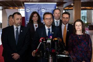Ľubomír Galko a ostatní odídenci zo SaS, ktorí momentálne pôsobia v Demokratickej strane, po tom, ako podporili otvorenie mimoriadnej schôdze.