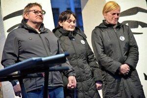 Zľava rodičia zavraždeného Jána Kuciaka Jozef a Jana, vpravo matka zavraždenej Martiny Zlatica Kušnírová.