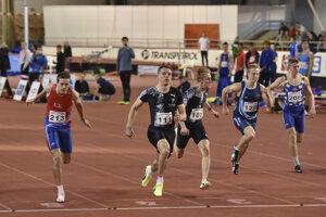 Ján Volko (druhý zľava) vyhral MSR 2020 v šprinte na 60 metrov. Druhý skončil Šimon Bujna (vľavo) a tretí Jakub Benda (tretí zľava).