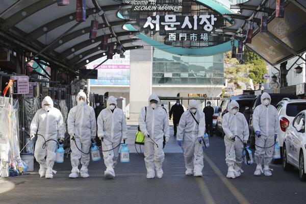 Pracovníci dezinfikujú trh v Daegu.