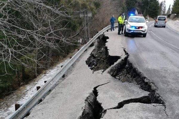 Na ceste z Bytče do Makova sa prepadla cesta.
