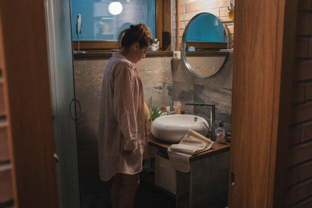 Soňa Norisová hrá v seriáli Hniezdo 38-ročnú, milujúcu manželku, matku dvoch detí. Tretie dieťa splodila neželane, mimo manželského zväzku. Pre zachovanie rodiny sa odhodlá k anonymnému pôrodu.