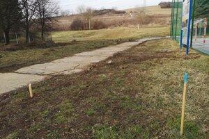 Stavba časti prístupovej cesty sa začne v marci. Panelovú cestu pri ihrisku budú môcť odstrániť.
