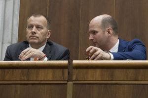 Poslanci NR SR vľavo Boris Kollár (SME - RODINA) a vpravo Gábor Grendel (OĽaNO).