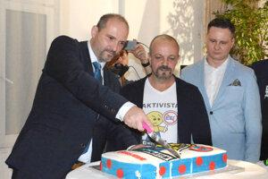 Rezali spolu volebnú tortu. Primátor Polaček (vľavo) vidí podľa exposlanca Burdigu (v strede) v ňom a poslancovi Lörincovi (vpravo) nepochopiteľne už teraz rivalov v ďalších voľbách.
