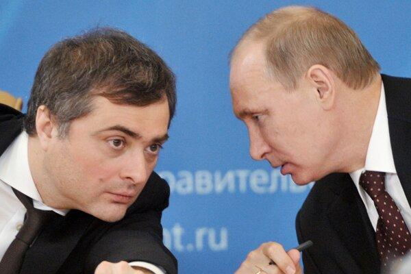 Zľava Vladislav Surkov a ruský prezident Vladimir Putin.