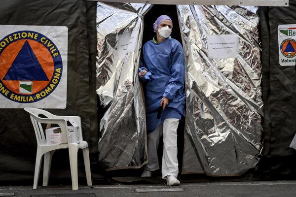 Zdravotník vychádza zo stanu, ktorý postavila  talianska civilná ochrana. Nemocnica Piacenza, 27. februára 2020.
