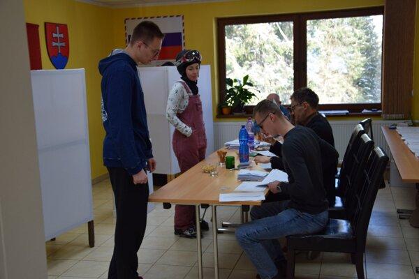 Tradičnou výbavou voličov v Demänovskej Doline sú prilby, lyžiarky a lyžiarske okuliare.