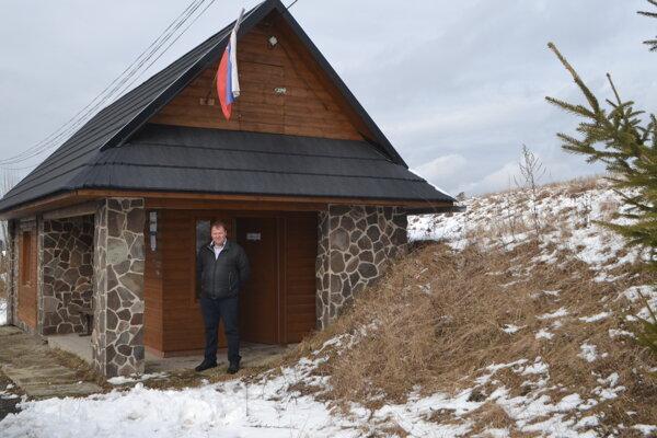 Na hornom konci Detvianskej Huty už tradične volia na autobusovej zastávke. Na foto člen volebnej komisie Vladimír Kret.